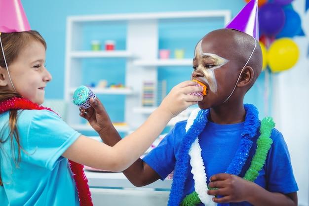 Enfants heureux, appréciant des petits pains savoureux