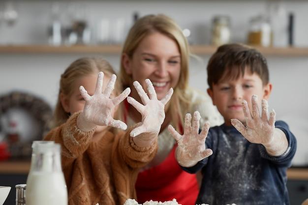 Enfants heureux après la cuisson avec la mère