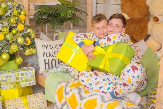 Enfants heureux avec des cadeaux à noël
