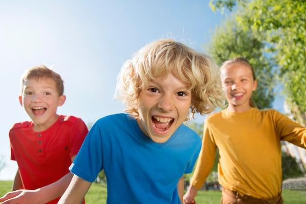 Enfants heureux de coup moyen dans le parc