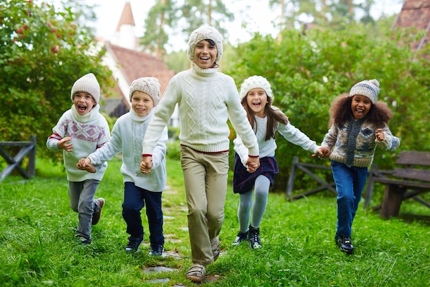 Enfants heureux courir à l'extérieur