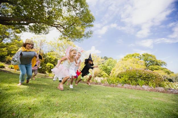 Enfants heureux en course