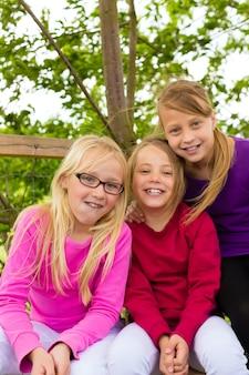 Enfants heureux dans le jardin et rire