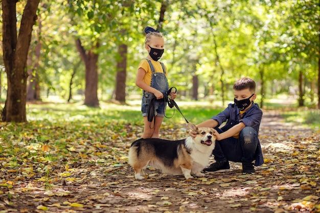 Enfants heureux dans le parc jouant avec leur chien