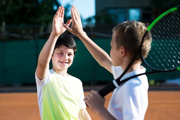 Enfants heureux donnant haut cinq