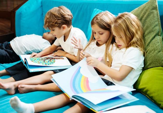Des enfants heureux à l'école primaire