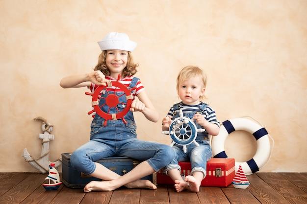 Des enfants heureux font semblant d'être marin