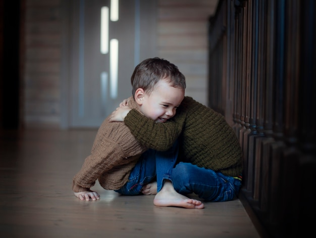 Enfants heureux, frères jumeaux, étreindre