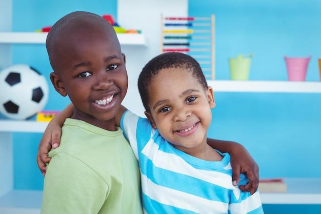 Des enfants heureux jouant à des jeux ensemble