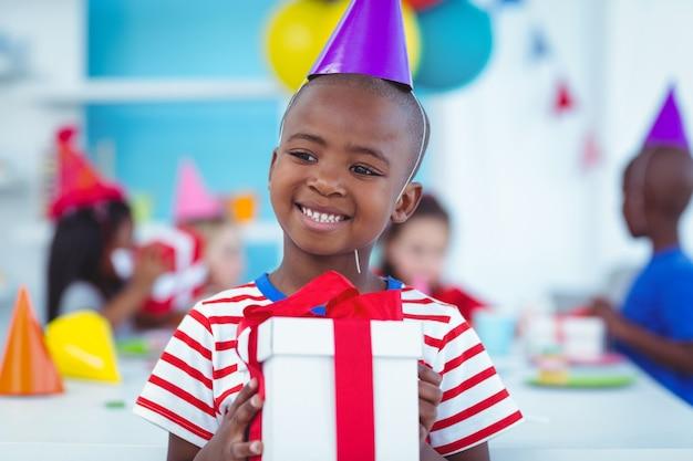 Des enfants heureux lors d'une fête d'anniversaire