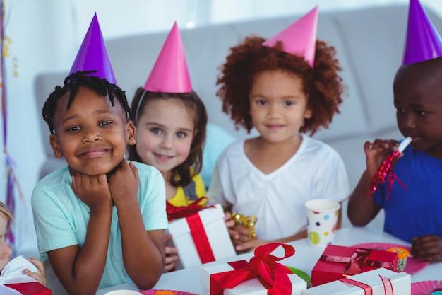 Enfants heureux lors d'une fête d'anniversaire