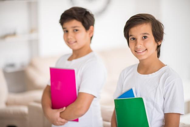 Enfants heureux à la maison avec des livres