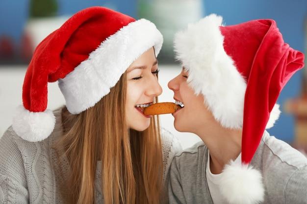 Les enfants heureux mangent des biscuits ensemble, gros plan