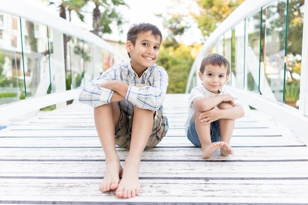 Enfants heureux, passer des vacances dans une belle station balnéaire