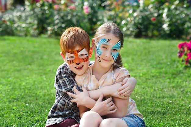 Enfants heureux avec des peintures faciales