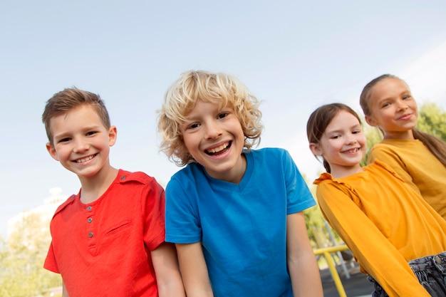 Enfants heureux de plan moyen à l'extérieur
