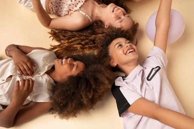 Enfants heureux de plan moyen faisant la fête