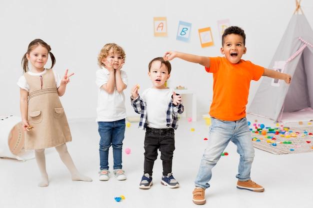 Enfants heureux posant ensemble
