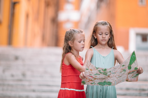 Des enfants heureux profitent des vacances italiennes en europe.