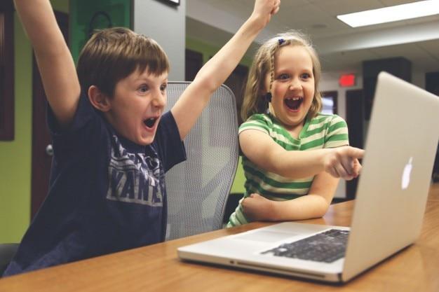 Des enfants heureux en regardant l'écran