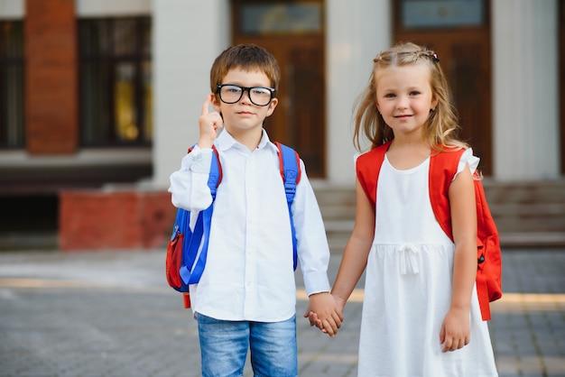 Des enfants heureux retournent à l'école