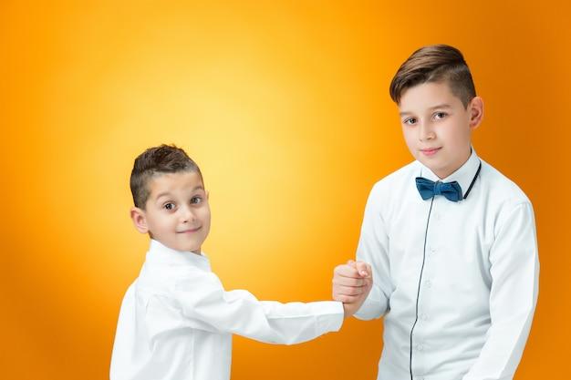 Des enfants heureux se battent de façon ludique