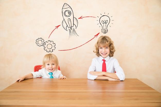 Des enfants heureux se font passer pour des hommes d'affaires