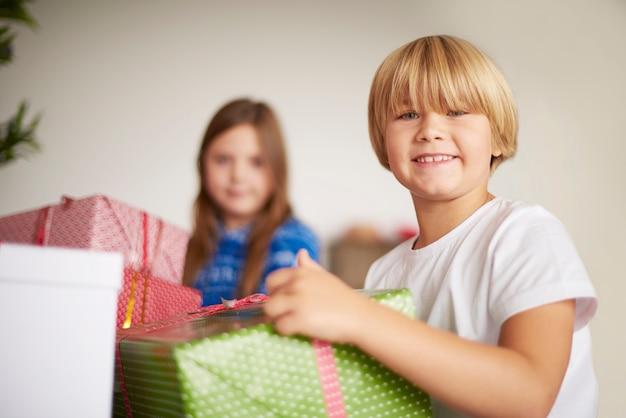 Enfants heureux tenant des cadeaux de noël
