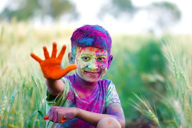 Enfants indiens jouant avec la couleur dans le festival de holi