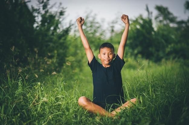 Enfants intelligents, enfants avec des idées et du bonheur en même temps, concepts de connaissance