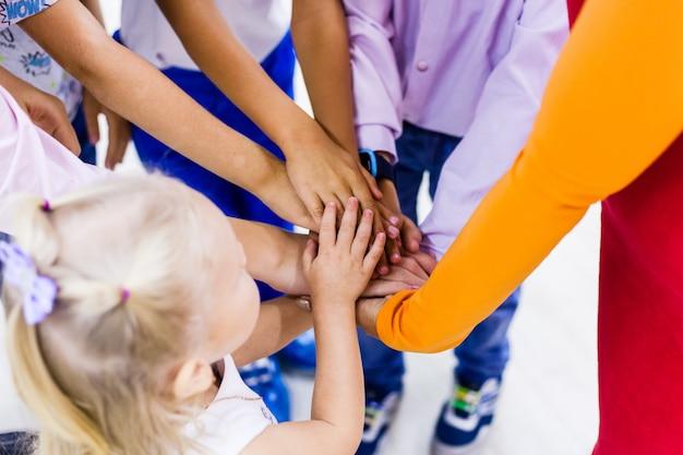 Les enfants joignant leurs mains.