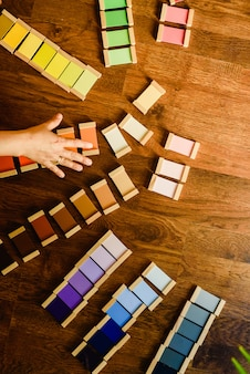 Enfants jouant et apprenant avec des tablettes de couleur montessori