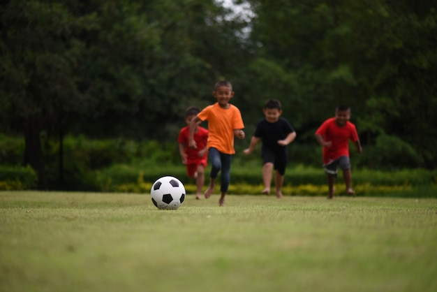 Enfants jouant au football de football