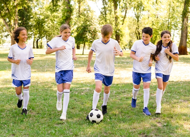 Enfants jouant au football en plein air