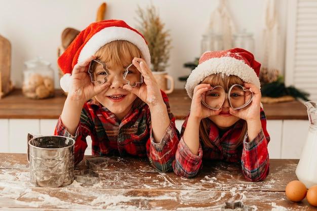 Enfants jouant avec des biscuits mignons