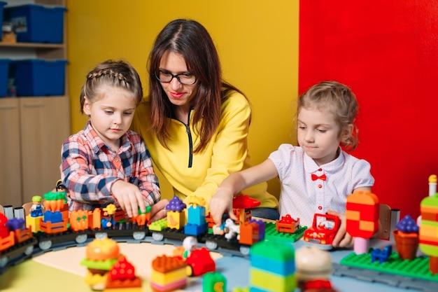 Enfants jouant avec des blocs de construction en classe
