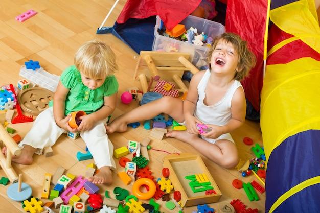 Enfants jouant avec des blocs