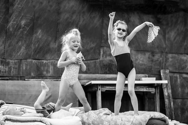 Enfants jouant dans la cour d'une maison du village