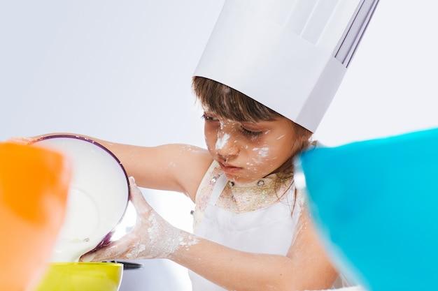 Enfants jouant dans la cuisine