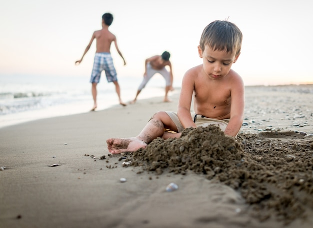 Enfants jouant dans le sable de la plage