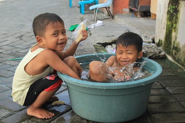 Enfants jouant de l'eau