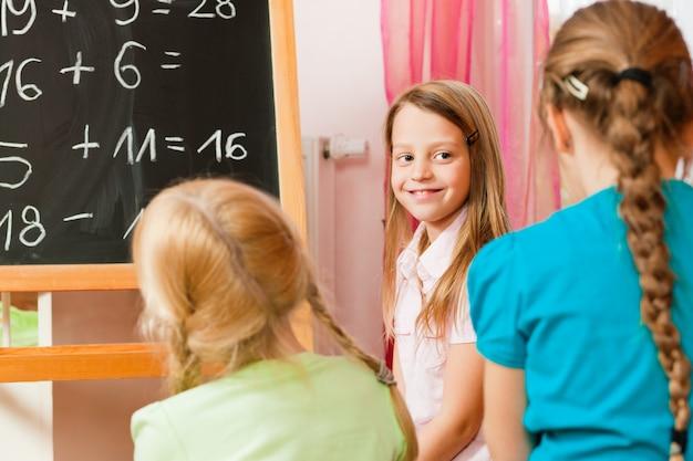 Enfants jouant à l'école