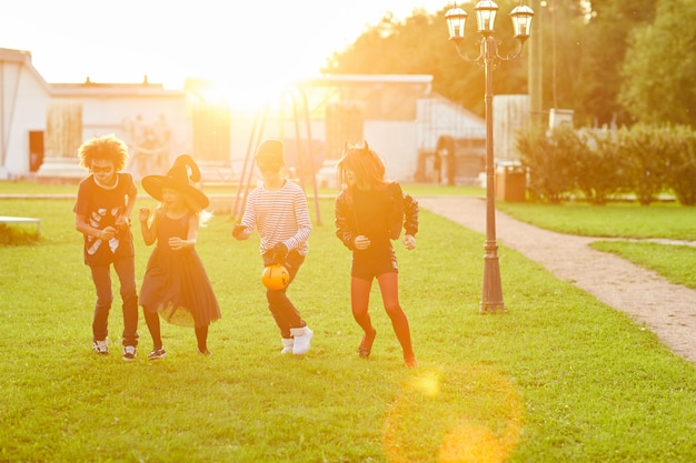 Enfants jouant à l'extérieur à l'halloween