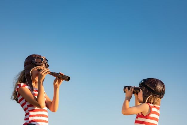 Enfants jouant sur fond de ciel d'été