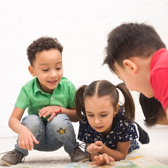 Enfants jouant en groupe