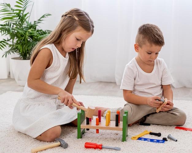 Enfants jouant avec un jeu coloré