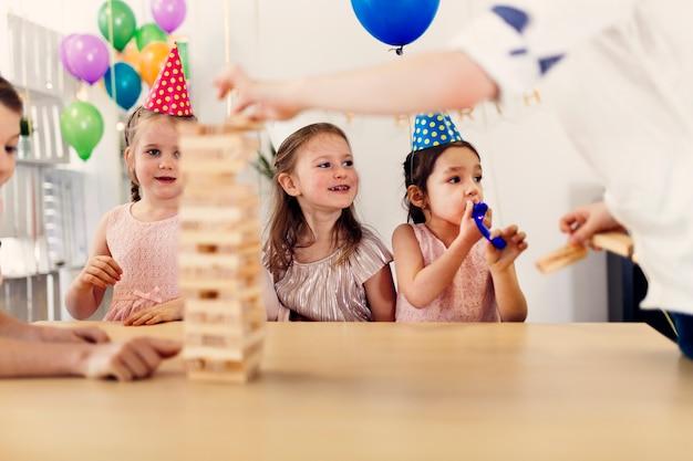 Enfants jouant le jeu sur la fête