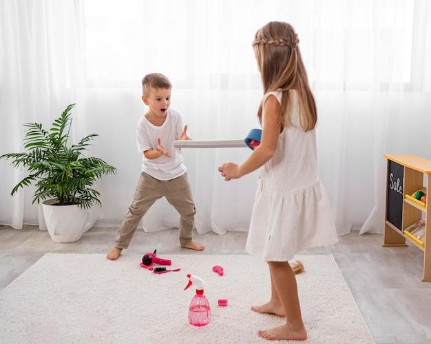 Enfants jouant avec des jouets d'épée