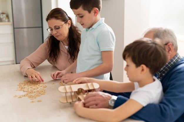 Enfants jouant avec leurs grands-parents