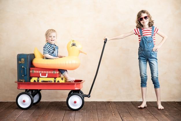 Enfants jouant à la maison enfants s'amusant. concept de vacances et de voyage d'été